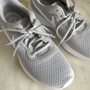 NIKE CASUAL ATHLETIC SHOE
